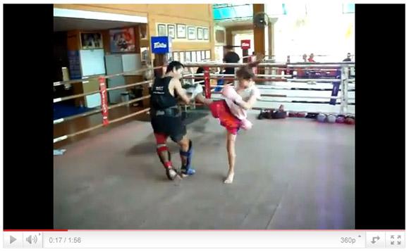 9歳少女キックボクサーのミット打ちがハンパない