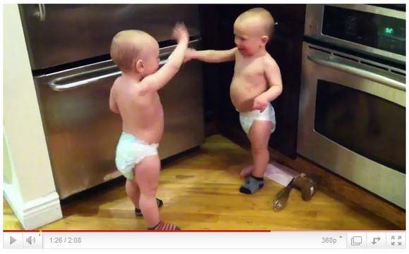 カワイすぎる! 生後17カ月で「会話」ができる双子の赤ちゃんがYoutubeアイドルに