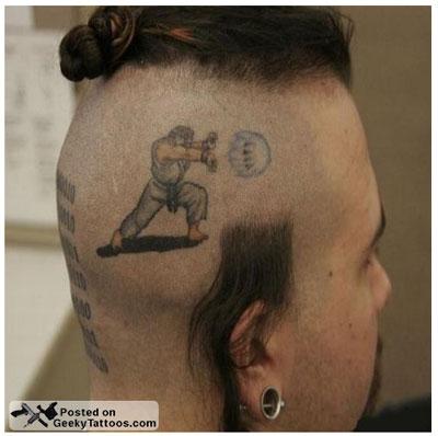 頭に「波動拳」のタトゥーがある男性
