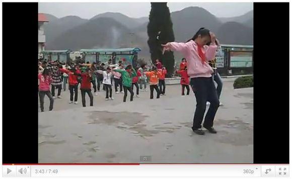 毎朝700人以上でマイケル・ジャクソンの『Dangerous』を踊る中国の小学生
