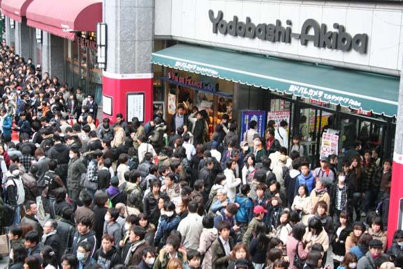 秋葉原ヨドバシで開催した平野綾さんらの募金活動にファン殺到! 収拾つかず