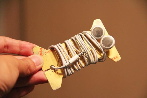 使わなくなったカードで作る、イヤフォンの「からみ」防止カード