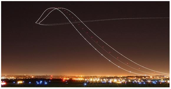 夜空に続くジェットコースター!? 長時間露光で撮影した幻想的な離着陸写真