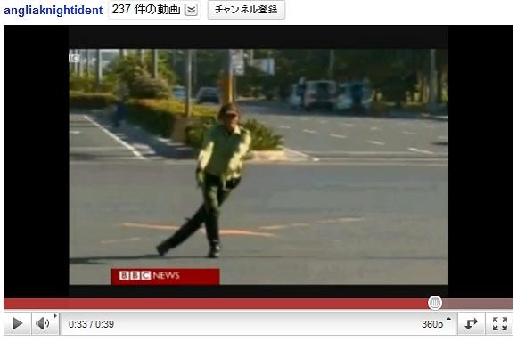道路の真ん中で踊る警察官があらわれ話題に