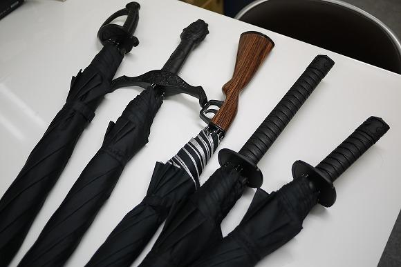梅雨が楽しくなるユニーク傘 / 刀からライフルまで