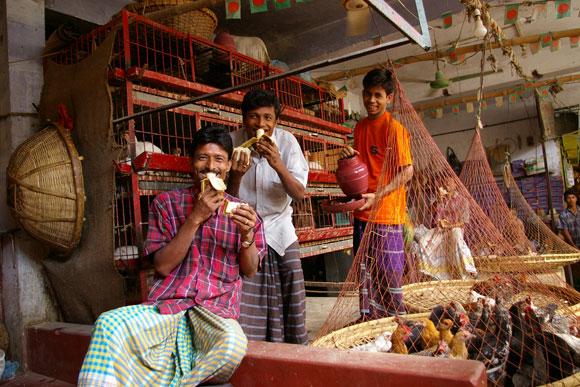 バングラデシュで人にカメラを向けたときのサービス精神は異常 / 勝手にポーズを取り、皆いい笑顔すぎる!