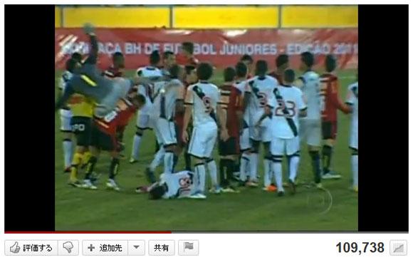 U-19サッカーでブチギレたゴールキーパーが相手選手に超危険カンフーキック / 退場処分より早くチーム追放
