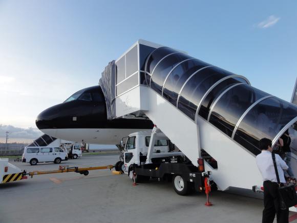 真っ黒に包まれた飛行機「スターフライヤー」に乗ってみた / 全席革張りシートで超カッコイイ