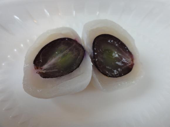 皮付きブドウが丸ごと入った大福がウマシ! トマト大福のレベルを超えた !?