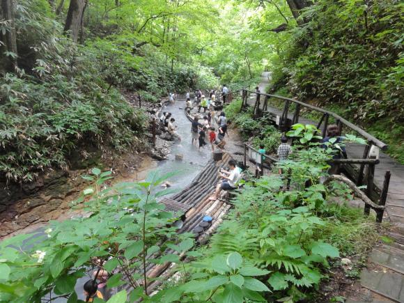 川の水が100%天然温泉というスゴイ川が北海道に存在! 灰色の流れが神秘的