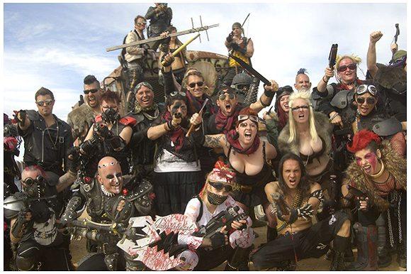 映画『マッドマックス』ファンが砂漠に集うイベント「荒野の週末」が世紀末すぎてヤバい!