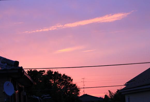 ピンクの空で東京きれいな朝焼け / オレンジに光る横一文字の雲など