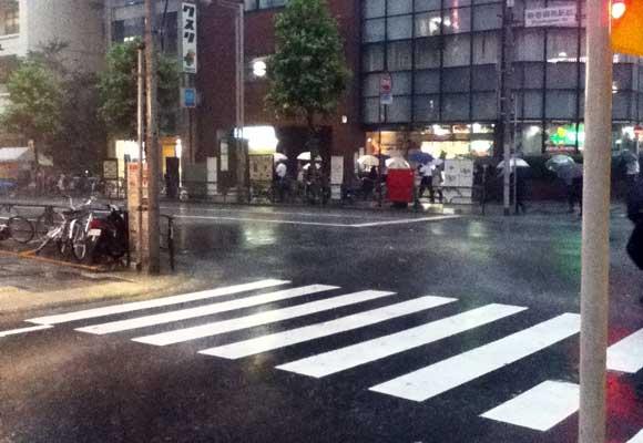 台風の時、そば屋の出前は何を思う? 「雨が降ったその瞬間に電話がジャンジャン鳴り始める」