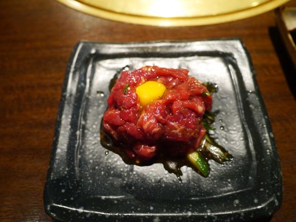 ユッケ(半額390円)うまいぃぃいいー! 生肉の鮨もうまぃぃぃいいいー!! 明日から食べられないから急げ