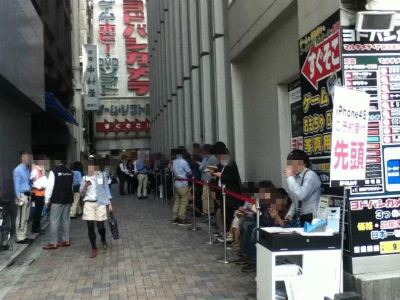 iPhone4Sをゲットするために新宿の量販店に並んでみた!(予約完了)