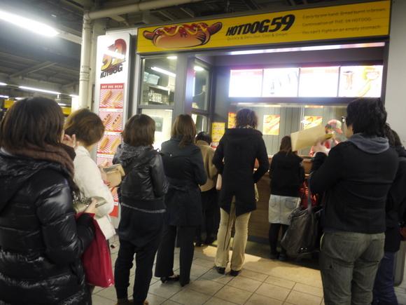 JR池袋駅の噂のホットドッグ店に行列ができていた! 店員「通常の3倍以上のお客さんです」