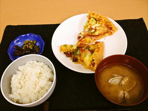 ピザをおかずに「ピザ定食」やってみたで / パイナップルピザと白飯の組み合わせは関西人もビビる破壊力に