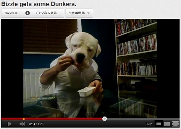 笑顔になりたい方必見! 手を使っておやつを食べるワンコの動画