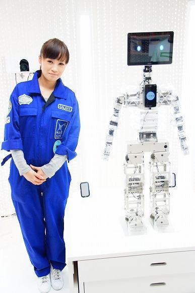 Androidだけで動くロボット「HUGちゃん」がスゴイ! あなたをギュッと抱きしめてくれるぞ