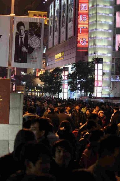 上海のクリスマスが阿鼻叫喚 / 踊り狂う人々、花火を振りまわすカップルなど