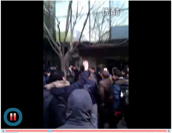 【中国】iPhone4S発売直前に乱闘騒ぎ→安全のため販売中止→客はブチギレ、生卵が飛び交う騒ぎに