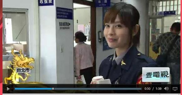 台湾の美人すぎる女性警察官が話題 / 市民からはバラの花束、容疑者も ...