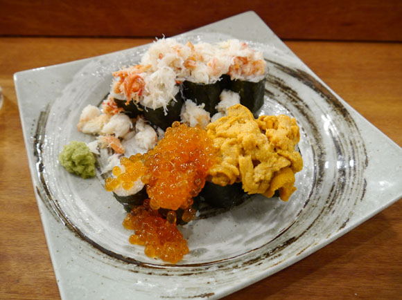 「ぶっかけ」というに相応しい量のウニといくらがてんこ盛り! 居酒屋の寿司がウマすぎてシビれる