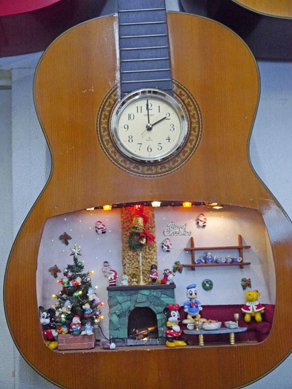 壊れたアコースティックギターがよみがえる / ギターホールのなかのドールハウス