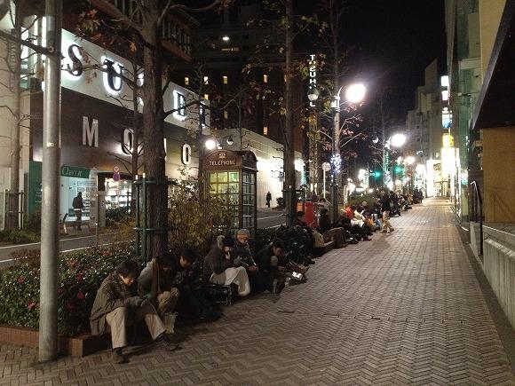 【2012福袋】渋谷アップルストア前に300人以上の行列が! 今年もアップル福袋は大人気