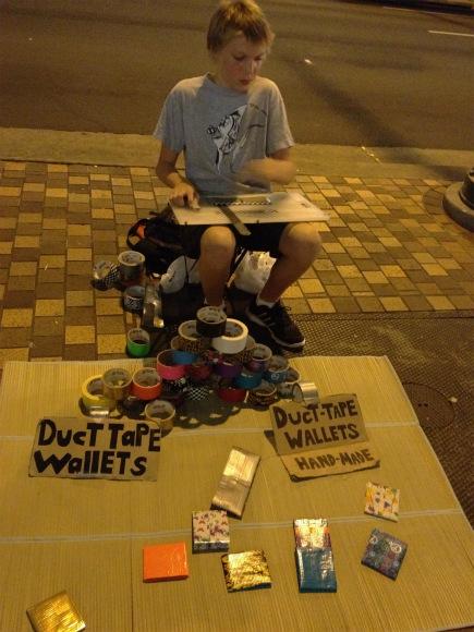 少年が路上で作る「ダクトテープ財布」がカッコイイ!実際に購入してみた