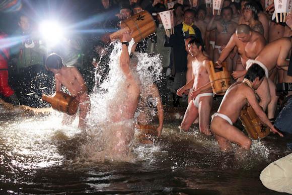 日本最大級の裸祭『蘇民祭』いい男たちの躍動感あふれる写真集