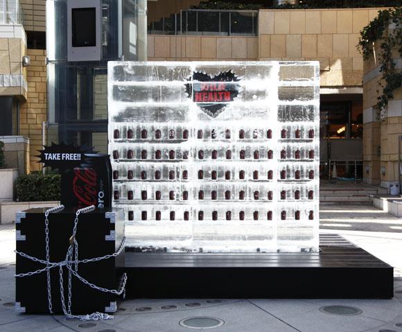 総重量3トンの「コカ・コーラ ゼロ入りの氷塊」登場! TAKE FREEって書いてあるけど凍ってて素手じゃ缶取れねぇよッ!!