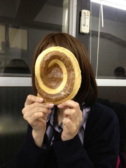 顔並みにデカイ「かりんとう」を食べてみた!マジでデカイっ!