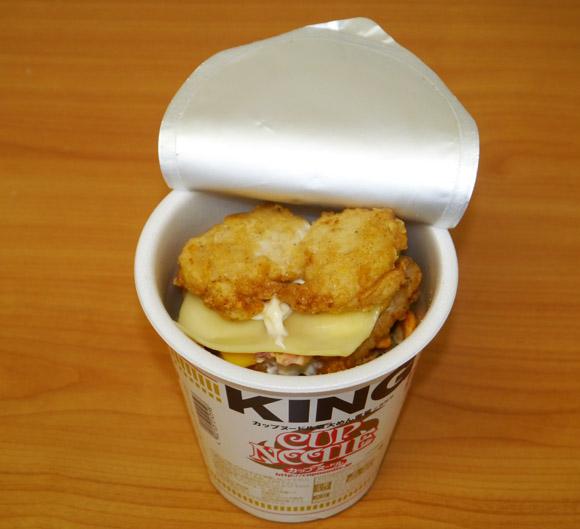 カップヌードルキングに本日発売の『チキンフィレダブル』を入れるとマイルドな味になることが判明!