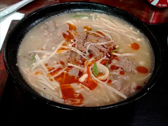 中国でうどんを頼んだらトンコツスープに入って出てきた / 意外とウマいがベストではない