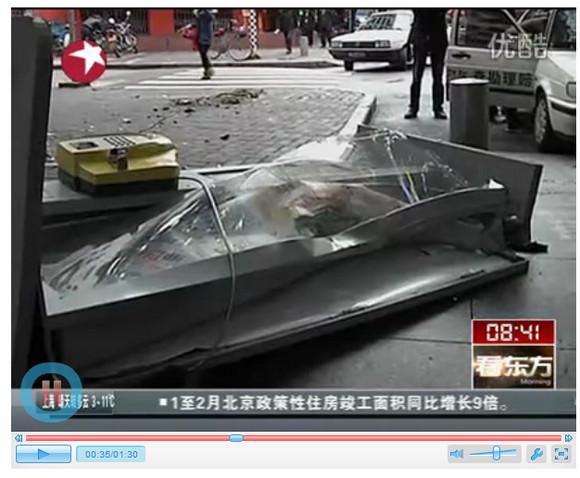 【中国】「ぶえっっくしょいッッ」運転中にクシャミをしたら電話ボックスが吹っ飛んだ