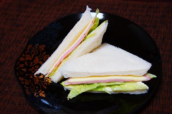【世の中のグルメを変える究極料理ついに開発】食パンにハムとレタスをはさんで食べると至高の味!