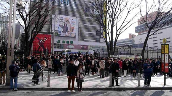 【震災から1年】新宿アルタ前で行われた黙祷(もくとう)中に流れたケータイ会社の「どん引きCM」に不快感を示す人