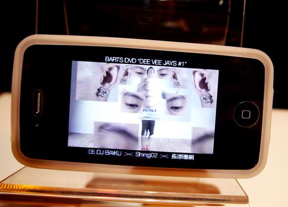 iPhoneに貼るだけで立体視できる液晶保護シートがスゴイ! ムフフな視聴体験もできるかも!?