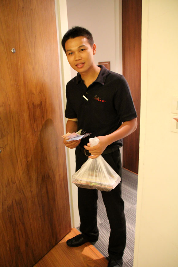 タイのバンコクでホテルの部屋に「とんかつ弁当」の出前を日本語で注文してみた / 意外な人物が届けに来た!