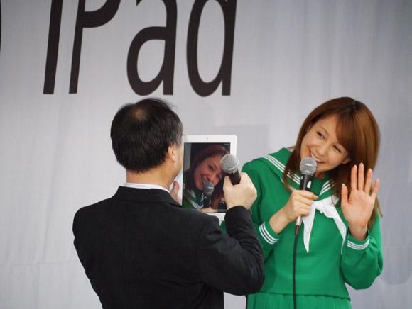 iPad発売開始! 孫社長も大興奮でトリンドルさんを接写!!