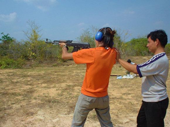 カラシニコフ製造メーカーが4月7日に倒産 / どうしてもAK-47をブッ放したくなったらカンボジアに行こう