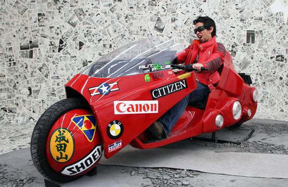 【AKIRA速報】「大友克洋GENGA展」で金田バイクに乗れちゃうぞーっ! 写真もOK! 赤ジャケット貸し出しも!!