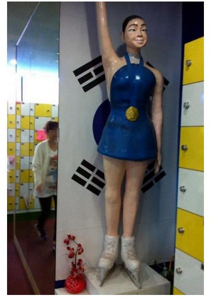 キム・ヨナの等身大フィギュアがどう見ても『クレヨンしんちゃん』な件/ 韓国人「これは陵辱レベル。許せない」