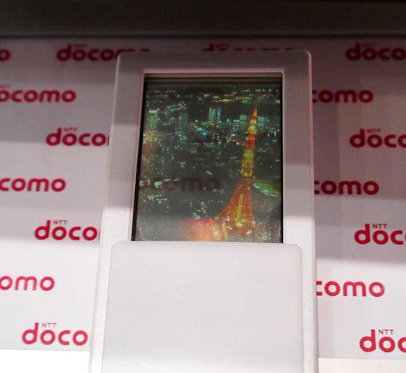 【ワイヤレスジャパン2012】これは完全に未来の端末! ドコモの「透過型両面タッチディスプレイ」がなかなかスゴイ