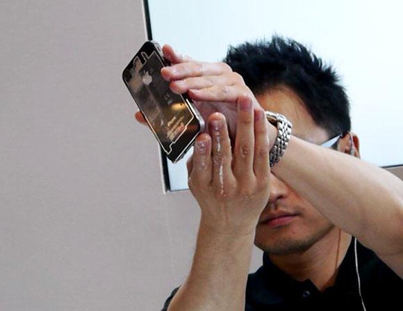 【ワイヤレスジャパン2012】iPhoneを水から守るナノコーティングがスゴイ! でもアップルの保証は受けられるの?