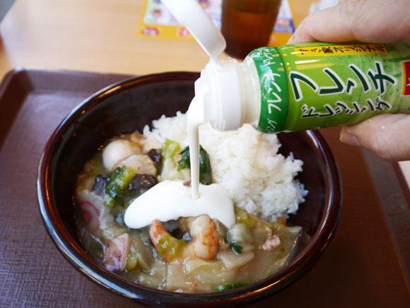 【激ウマ】すき家の新メニュー「海鮮中華丼」にフレンチドレッシングをかけると超美味! まるでドリアのような味わいに