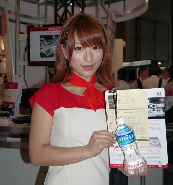 【ワイヤレスジャパン2012】会場を華やかにする「ハイスペック」な美人コンパニオンたち