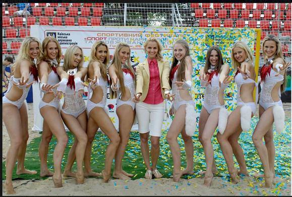 【EURO2012】 いよいよ決勝戦! 開催国ウクライナの美女チア軍団「レッドフォックス」もセクシーに応援だぞ