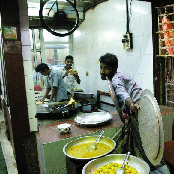 ネパール人「手で食べるべきカレーをスプーンで食べるのは日本のおにぎりをスプーンで食べるようなものだよ」